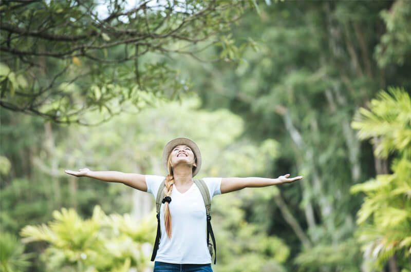 Wanita Menikmati Alam Hijau