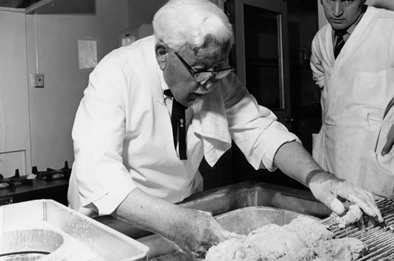 Kolonel Sanders memasak ayam goreng