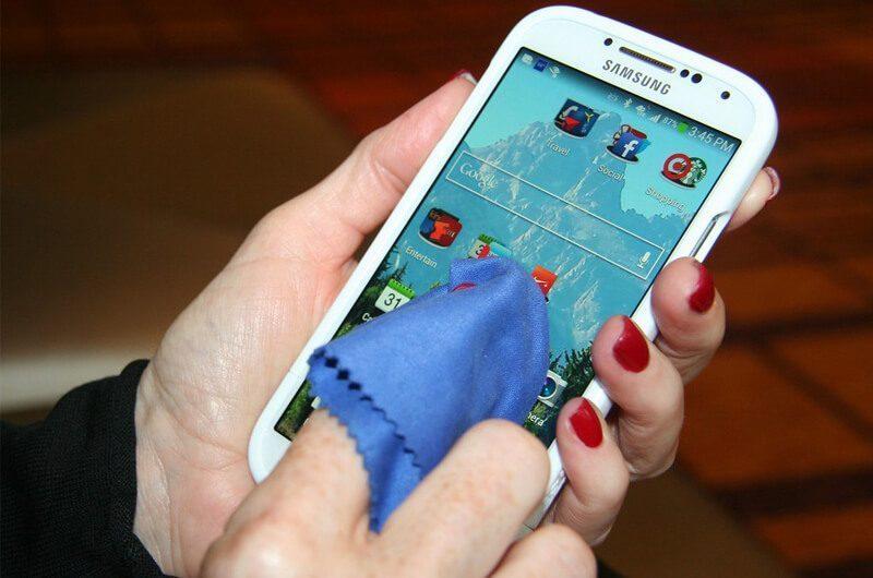 Membersihkan smartphone
