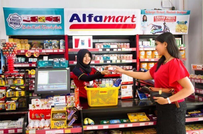 Pelanggan sedang berbelanja di Alfamart