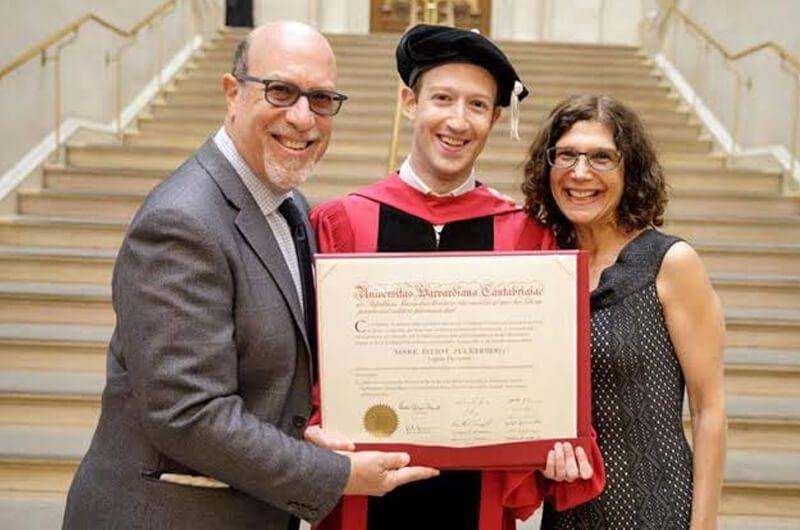 Mark Zuckerberg saat memberi pidato di Harvard