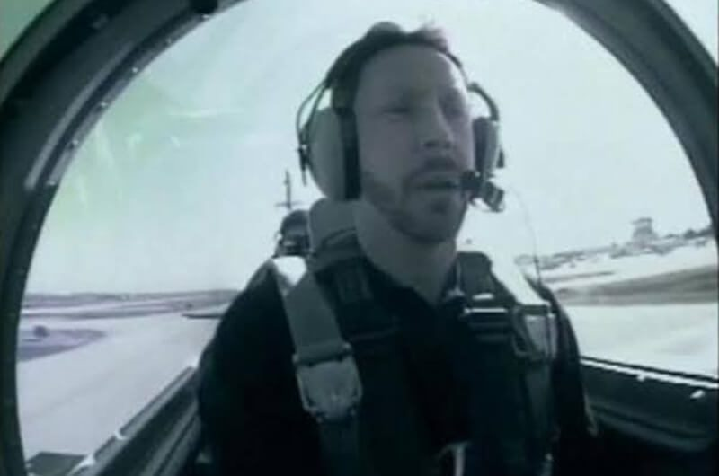 Larry sedang menerbangkan pesawat