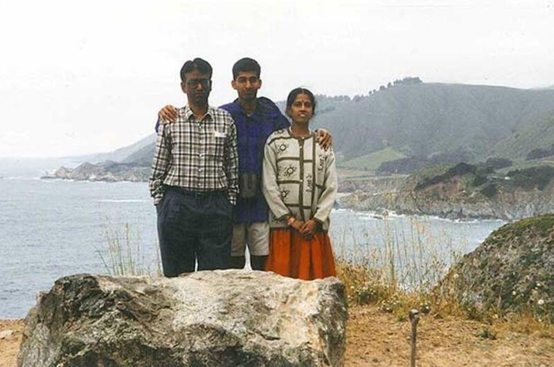 Sundar Pichai bersama Ibu dan Ayahnya, Biografi Sundar Pichai