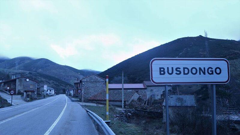 KoalaHero.com - Pintu Masuk ke Kota Busdongo di Leon, Tempat Kelahiran Amancio Ortega